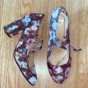 Cute double strap flower heels.